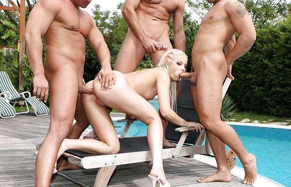 Chat sexe avec une blonde partouzeuse en groupe
